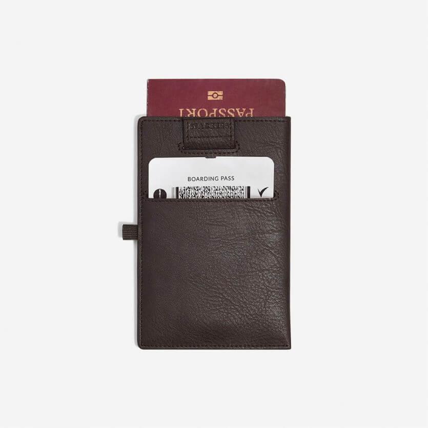 """נרתיק לדרכון עם שליפה """"Stackers"""" צבע חום"""